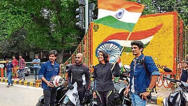 Gurugram's Abhishek Mishra (second from left) and New Delhi's Sonia Jain at Tilak Marg, near India Gate, on Wednesday.(HT Photo)