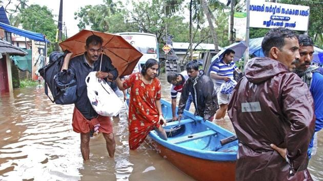 Flood victims are evacuated to safer areas in Kozhikode, Kerala, Augusta 16, 2018(AP)