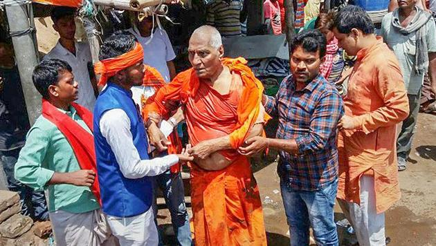 Activist Swami Agnivesh after he was allegedly assaulted by Bharatiya Janata Yuva Morcha (BJYM) workers during his visit to Pakur, Jharkhand, in July.(PTI)