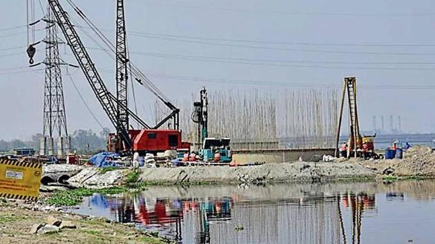 Another 70 borewells will increase the production of drinking water by 15 million gallons a day.(HT File Photo)