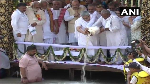 The ashes of former prime minister Atal Bihari Vajpayee immersed in Ganga river at(ANI/Twitter)