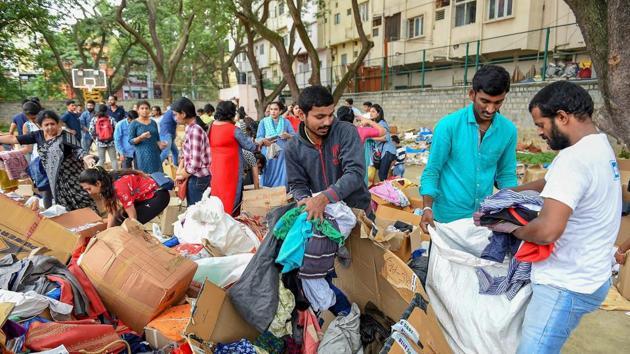 Volunteers segregate relief material to be sent to Kodagu area at Kodava Samaj, in Bengaluru.(PTI Photo)