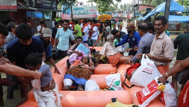 People evacuated by rescue workers in Paravoor in Ernakulam district, Kerala, on August 19, 2018.(AFP)