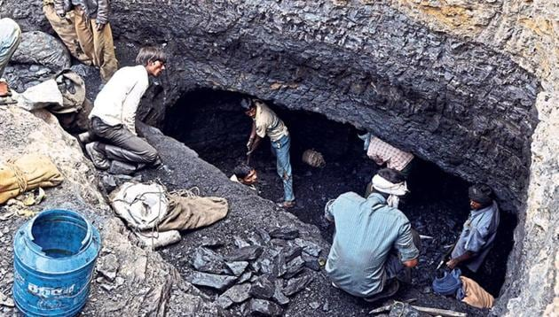 A group of villagers dig out coal from the hillside of Mahan forest in Singrauli district of Madhya Pradesh.(Mujeeb Faruqui/HT File Photo)