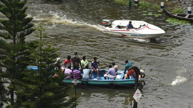 Volunteers rescue people from a submerged residential area at Alappuzha district on August 20.(Raj K Raj/HT PHOTO)