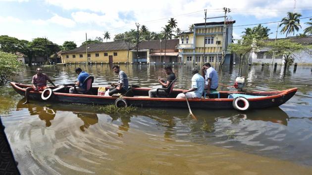 Local fisherman help flood victims in the outskirts of Alappuzha district, Kerala.(Raj K Raj/HT Photo)