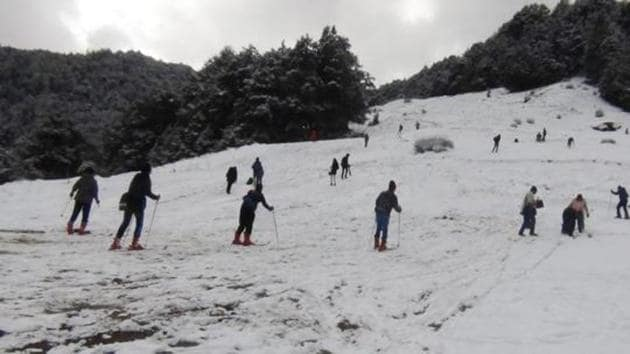 The government has been busy promoting Auli as a winter destination for the tourists, and its measures have succeeded in generating nearly Rs 4 crore of revenue annually. Besides Auli, Roopkund and Dayara Bugyal are other popular spots.(HT File Photo)