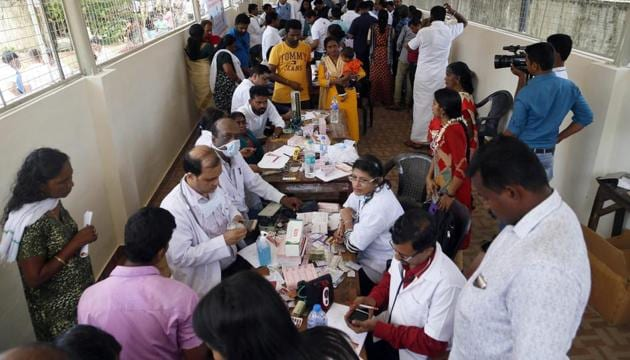 Doctors monitor the health of flood victims inside a school converted into a temporary relief camp, in Alappuzha on Sunday, Aug 26, 2018. There are 4,62,456 people in 1435 camps, the chief minister said.(PTI)