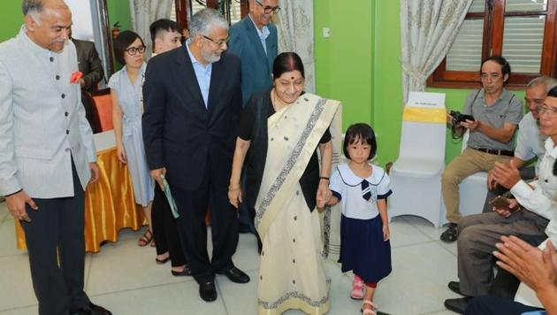 External affairs minister Sushma Swaraj at the Jaipur foot camp in Hanoi on August 27.(Twitter/@MEAIndia)