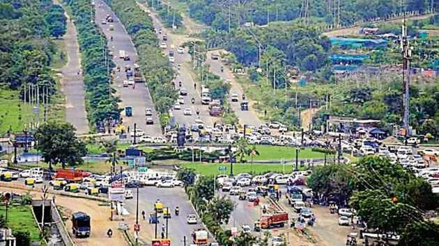 A view of the congestion at Kisan Chowk.(Sunil Ghosh/ht photo)