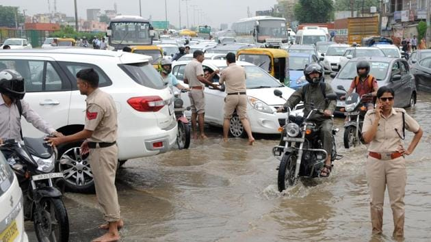 Gurugram police commissioner KK Rao announced cash rewards for 1,500 personnel, out of 2,500, for their exemplary work to ensure traffic didn't go haywire during five hours of rain.(Parveen Kumar/Hindustan Times)
