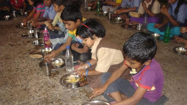 A Class 6 student died and over 60 children were hospitalised allegedly after eating mid-day meal at a government middle school in Nawadih village in Koderma district(HT File Photo)