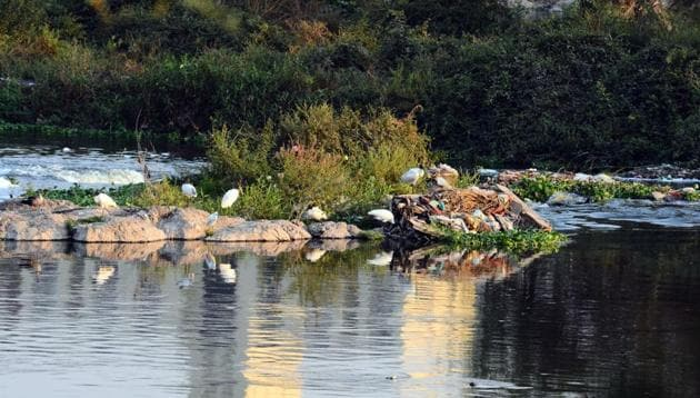 The Mula-Mutha river which passes through the city is one of the 302 polluted rivers of the country.(HT/PHOTO)