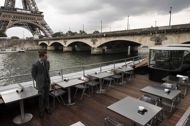 A waiter stands at French chef Alain Ducasse's new boat restaurant, the Ducasse sur Seine.(AFP)