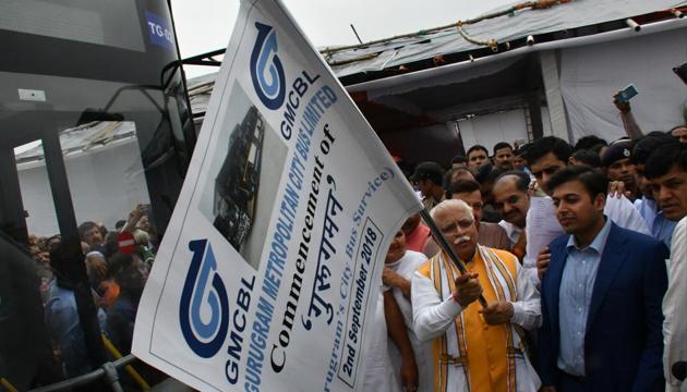 Haryana Chief Minister Manohar Lal Khattar flags off fGurugram's first city bus service, at Sector 10, in Gurugram on Sunday.(Yogendra Kumar/HT PHOTO)
