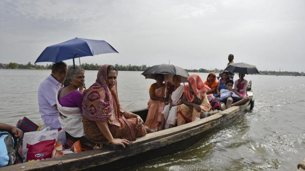 Flood affected people who had taken refuge in relief camps return to their houses in Kuttanad, Alappuzha in Kerala, India, on August 27, 2018. More than 400 people died and 800,000 were displaced by the worst monsoon flooding in a century in the southern state.(AP)