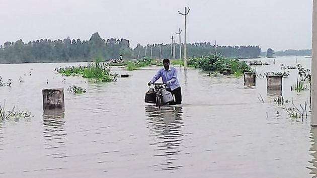 Gushing waters brought down 40 houses and wiped out 30 odd connecting routes in Unnao on Tuesday, September 4, 2018.(HT Photo)