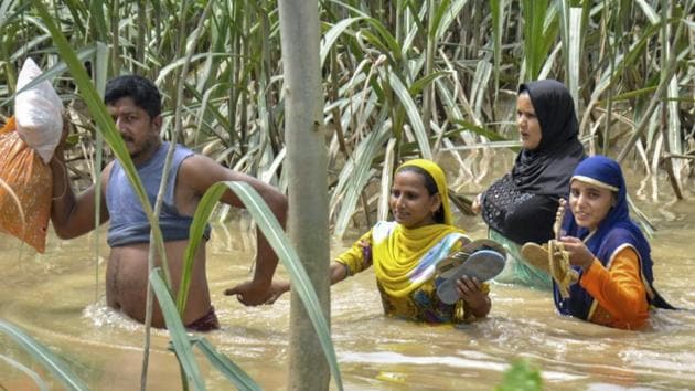 People move to safe place from the flooded village of Vathera in Moradabad district, Wednesday, Sep 5, 2018.(PTI)