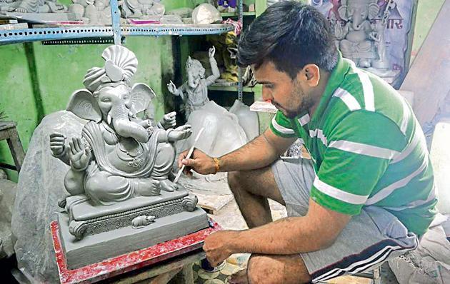 An idol maker in Kumbharwada in Kalyan makes a Ganesh idol. This year, the demand for eco-friendly idols has surged.(Rishikesh Choudhary/HT)