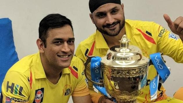 MS Dhoni and Harbhajan Singh pose with the Indian Premier League (IPL) 2018 trophy.(Twitter)