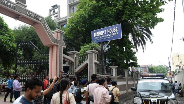 Media persons gather around vehicle in front of Bishop's house to cover the Kerala state police investigation in relation to bishop Franco Mulakkal alleged sexual assault to a nun, in Jalandhar on August 13.(AFP File Photo)