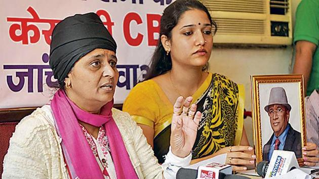 (Left) Meenu Sharma, wife of businessman Vinod Sharma who shot himself in the chest on July 4, at a press conference on Tuesday.(HT Photo)