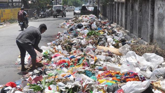 On September 7, the high court had directed district magistrate, Dehradun, to ensure the removal of garbage from Dehradun city, especially near school buildings and hospitals within 24 hours in collaboration with the Dehradun Municipal Corporation.(HT File Photo)
