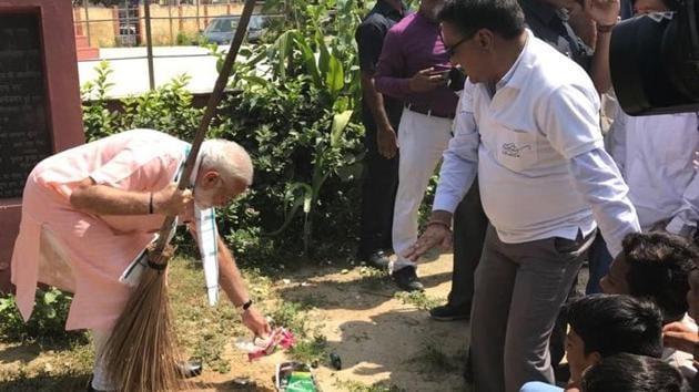 Prime Minister Narendra Modi sweeps the premises of Baba Sahib Ambedkar Higher Secondary School in Paharganj.(Narendra Modi/Twitter)