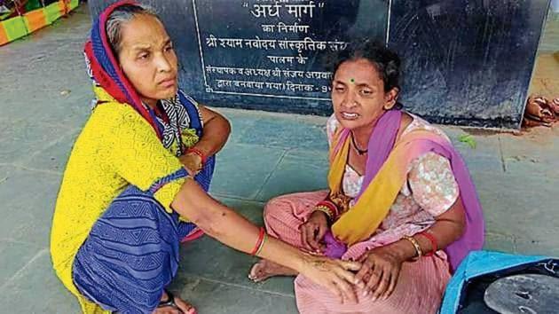 Anil's wife Rani (R) at the Manglapuri crematorium.(HT Photo)