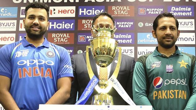 Rohit Sharma, left, and Pakistan skipper Sarfraz Ahmed pose with the Asia Cup 2018 winners trophy.(AP)