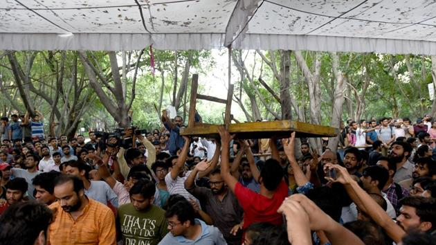 Akhil Bharatiya Vidyarthi Parishad (ABVP) supporters clashed at the counting center during the Jawaharlal Nehru University Students Union (JNUSU) elections at JNU in New Delhi, India.(HT File Photo)
