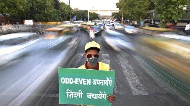 Civil Defence personnel promote odd-even trail at ITO in New Delhi, India.(HT File Photo)