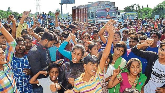 Residents from the 15-year-old stabbing victim's village blocking traffic on the Zirakpur-Kalka highway near Sector 21, Panchkula, on Tuesday. The protest led to traffic snarls for an hour.(HT photo)