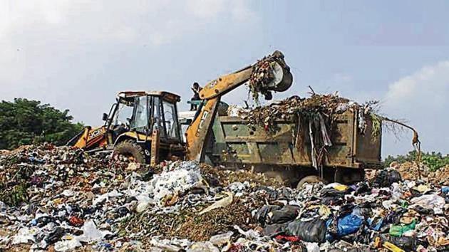 Udyog Vihar factory owners say Ecogreen's garbage collection site on Delhi-Gurugram border remains choked.(Yogendra Kumar/HT PHOTO)