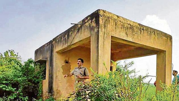 Bhanwar Singh was surrounded at a farmhouse in Sehrawan village along with his associate Kallu who managed to escape. The police team recovered two pistols, cartridges and a motorcycle from the spot, on Tuesday.(HT PHOTO)