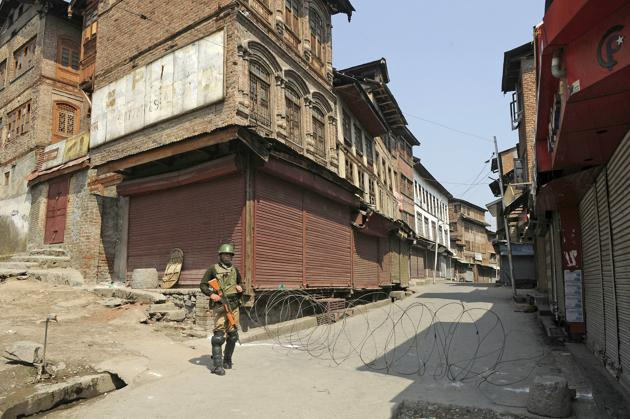 Srinagar, India-September 17, 2018: Paramilitary soldier stand guard during a shutdown called by separatist leaders against the recent civilian and militant killings in south Kashmir, at Bohri Kadal area, in Srinagar, India, on Monday, September 17, 2018.(Photo by Waseem Andrabi/ Hindustan Times)