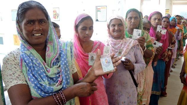 Female voters waiting in cue to cast their votes in zila parishad and block samiti polls at Lambi in Muktsar.(Sanjeev Kumar/HT)