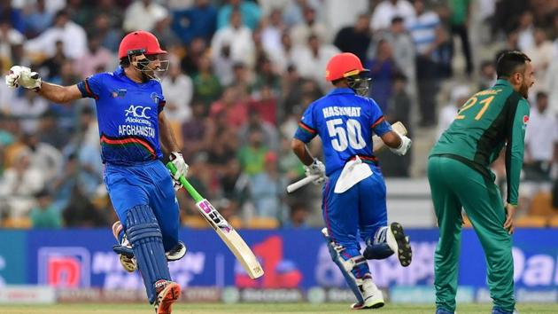 Afghanistan team captain and batsman Mohammad Asghar (L) runs between the wickets during the one day international (ODI) Asia Cup cricket match between Pakistan and Afghanistan at The Sheikh Zayed Stadium.(AFP)
