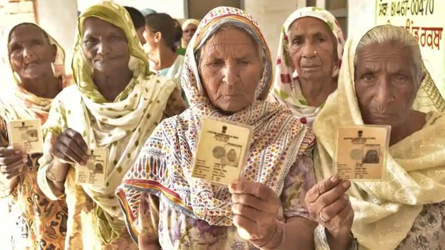 Voters at village Rakba of Mullanpur Dakha during block samiti and zila parishad elections near Ludhiana.(Gurpreet Singh/HT)