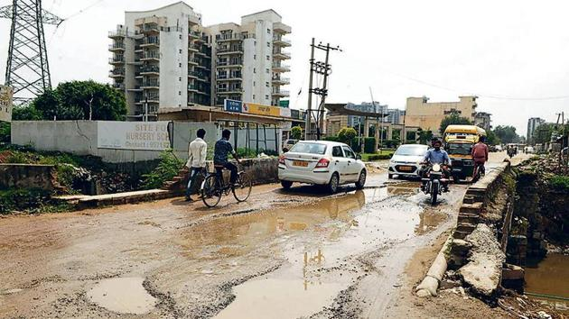 The GIS-based Harpath app enables residents to click pictures of broken or potholed roads and post them on the application, seeking repair.(Parveen Kumar/HT Archive)