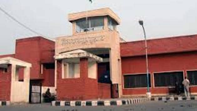 Police said the convict, identified as Bhagwan Dass (41) was among the six prisoners who were taken from the Bhondsi Jail to the Post Graduate Institute of Medical Sciences, Rohtak for check up.(HT File Photo)