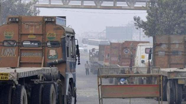 UP Police has towed heavy trucks to the service lane of sector 94 after National Green Tribunal put a ban on entry of heavy vehicles in Delhi, in Noida, India,(HT File Photo)