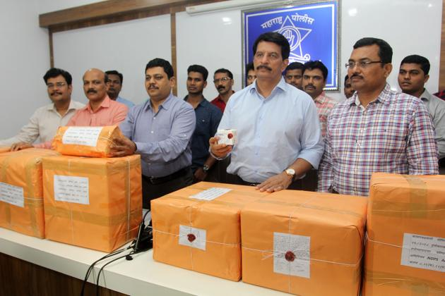 The Thane anti-extortion cell officers with the seized drugs, on Wednesday.(HT Photo)