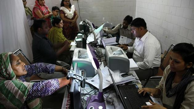 The SC verdict states that it is no longer required to link your Aadhar card to phone numbers and bank accounts, thus curtailing private companies from insisting for customer's Aadhar details.(HT file photo)