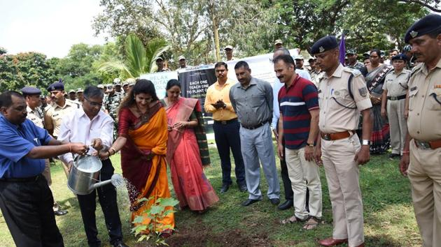 (From left) Birender Kumar Toppo, DIG, CRPF;Abhay Vaidya, resident editor of HT Pune, and Nivedita Shreyans, director PR, Mahatma Education Society, among members of Heartfulness institute and top CRPF personnels during a tree plantation drive at the CRPF headquarters at Talegaon on Wednesday.(HT PHOTO)