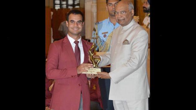 Shubhankar Sharma recieving the award from President Ram Nath Kovind at Rashtrapati Bhavan.(Pic courtesy: Medium (liftu.in))