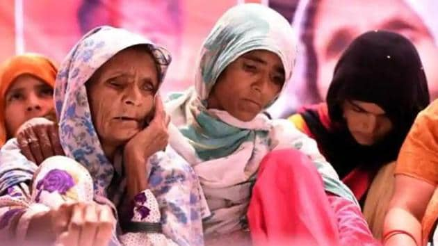 Pehlu Khan's mother Anguri Begum sits on a dharna at Jantar Mantar, New Delhi, demanding justice for her son.(HT File Photo)