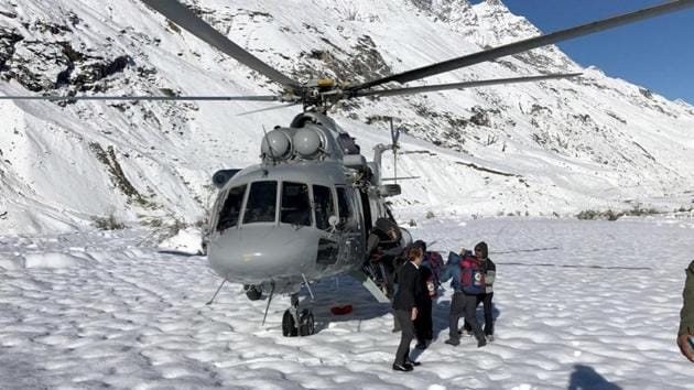 Aerial rescue operations were hampered on Friday due to fresh snowfall on the higher reaches and were resumed only on Saturday afternoon after the weather conditions improved.(HT Photo)