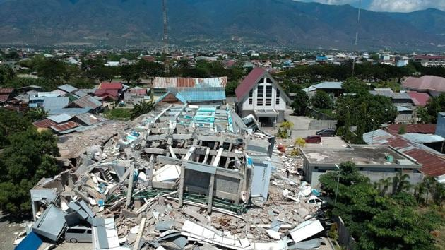 This aerial picture shows the remains of a ten-storey hotel in Palu in Indonesia's Central Sulawesi, Indonesia.(AFP Photo)
