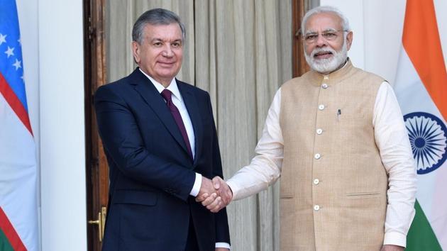 Prime Minister Narendra Modi greets Uzbekistan President Shavkat Mirziyoyev, at Hyderabad House in New Delhi.(Mohd Zakir/HT Photo)